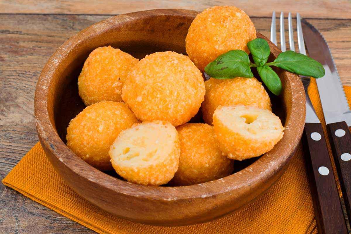 Palline di riso fritte con acciughe e formaggio