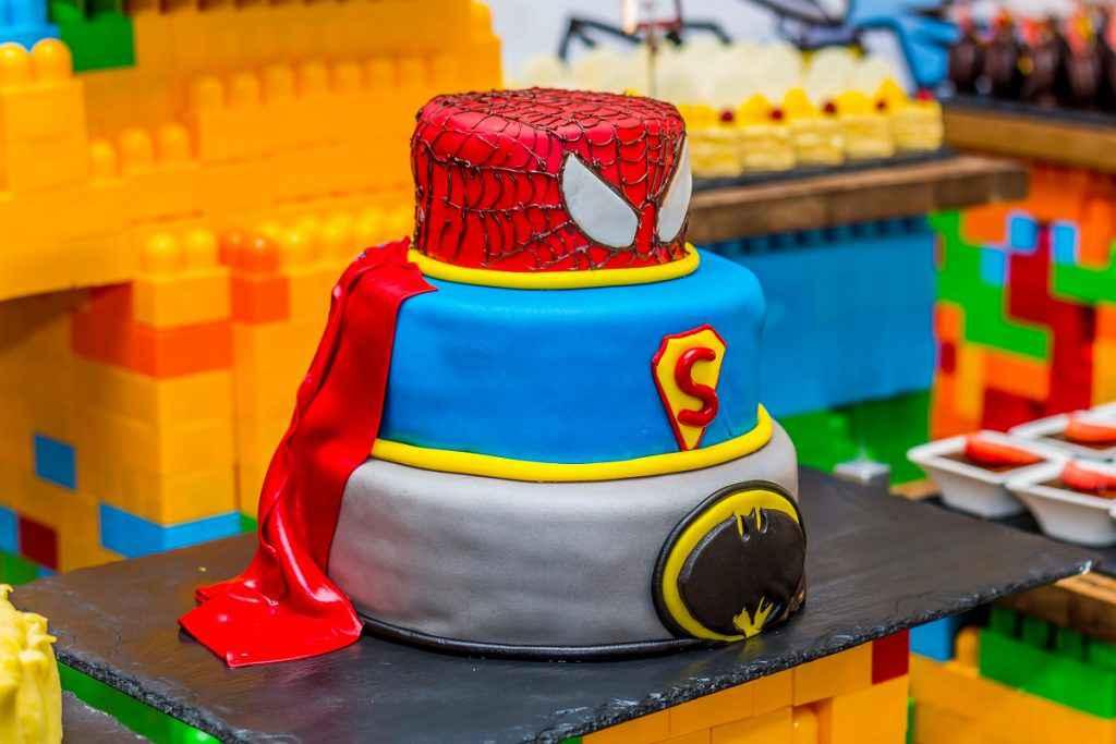 torta per bambini supereroi con pasta di zucchero