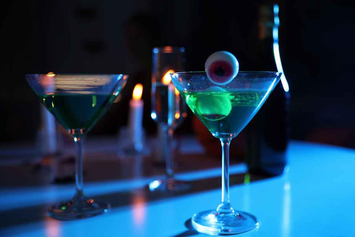 Cocktail Martini per Halloween con occhi spaventosi