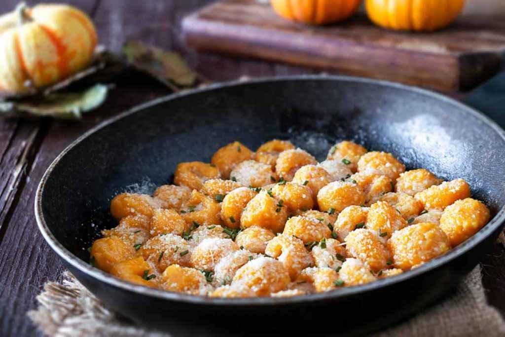 Piatto nero con gnocchi di zucca senza patate