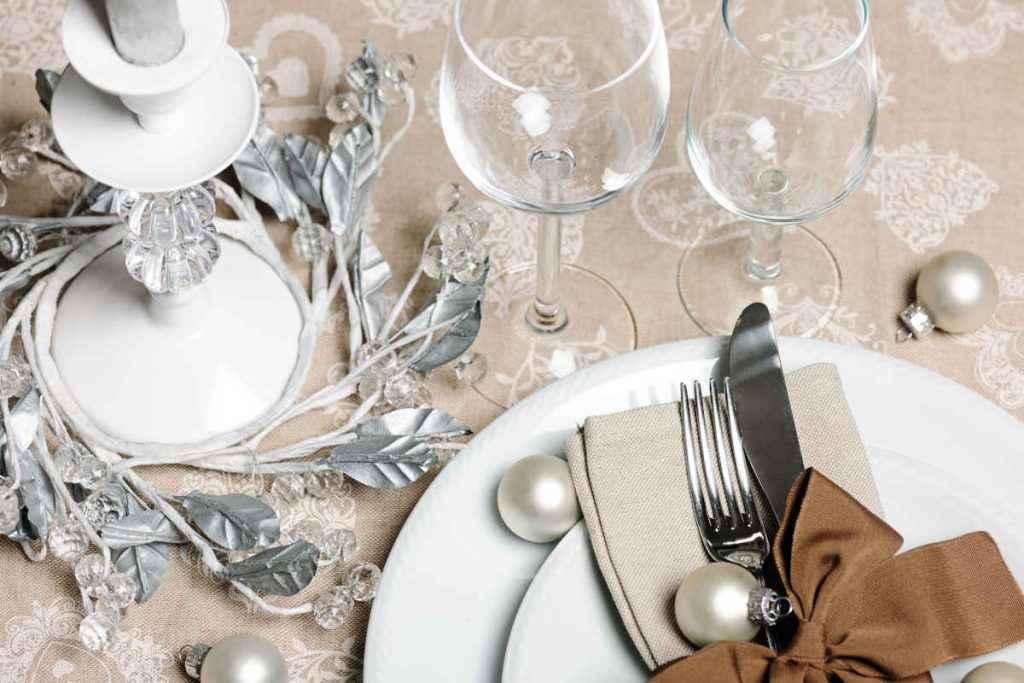 Tavola natalizia bianca e argento