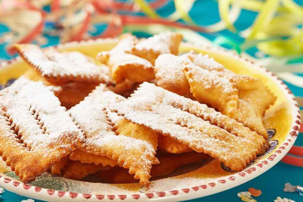 Chiacchiere di Carnevale con zucchero a velo