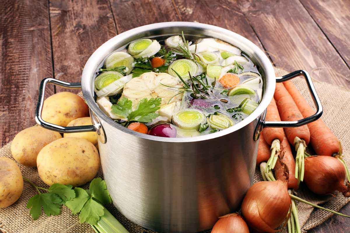 Pentola di brodo fatto con le verdure