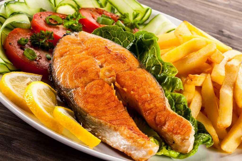 Trancio di salmone al forno con patate come contorno