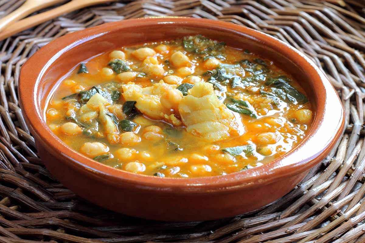 Scodella di zuppa di ceci e spinaci