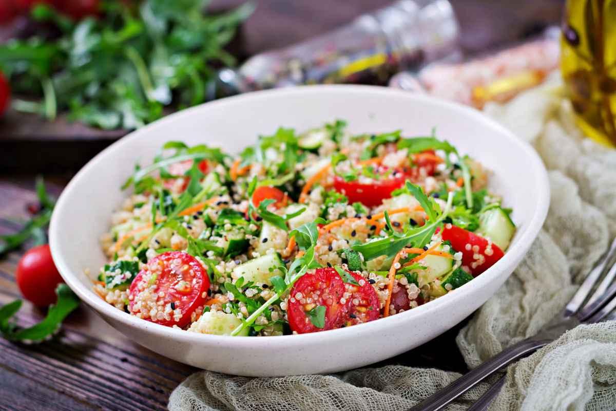 Quinoa con verdure: ricetta senza glutine con quinoa, pomodoro, rucola