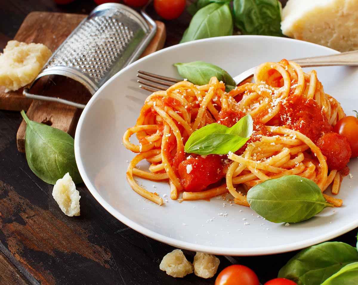 Spaghetti con pomodorini ciliegini, basilico e formaggio