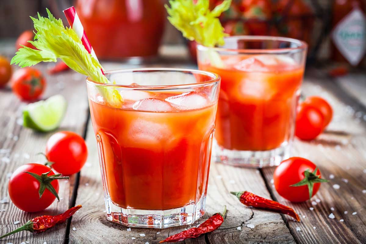 Due bicchieri di cocktail Bloody Mary