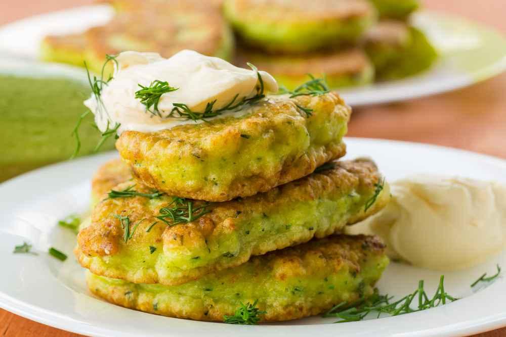 Frittelle di zucchine: le ricette per farle in padella e al forno