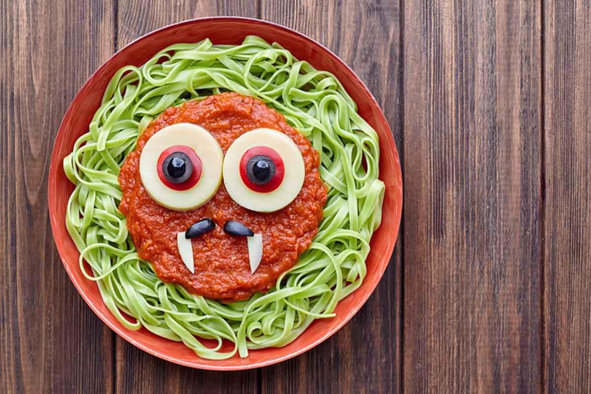 Tagliatelle verdi spaventose con occhi per Halloween