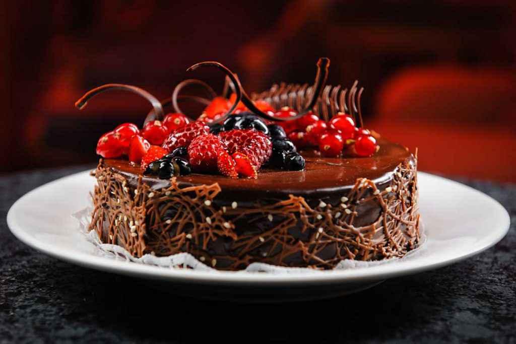 Torta al cioccolato con decorazioni in frutta