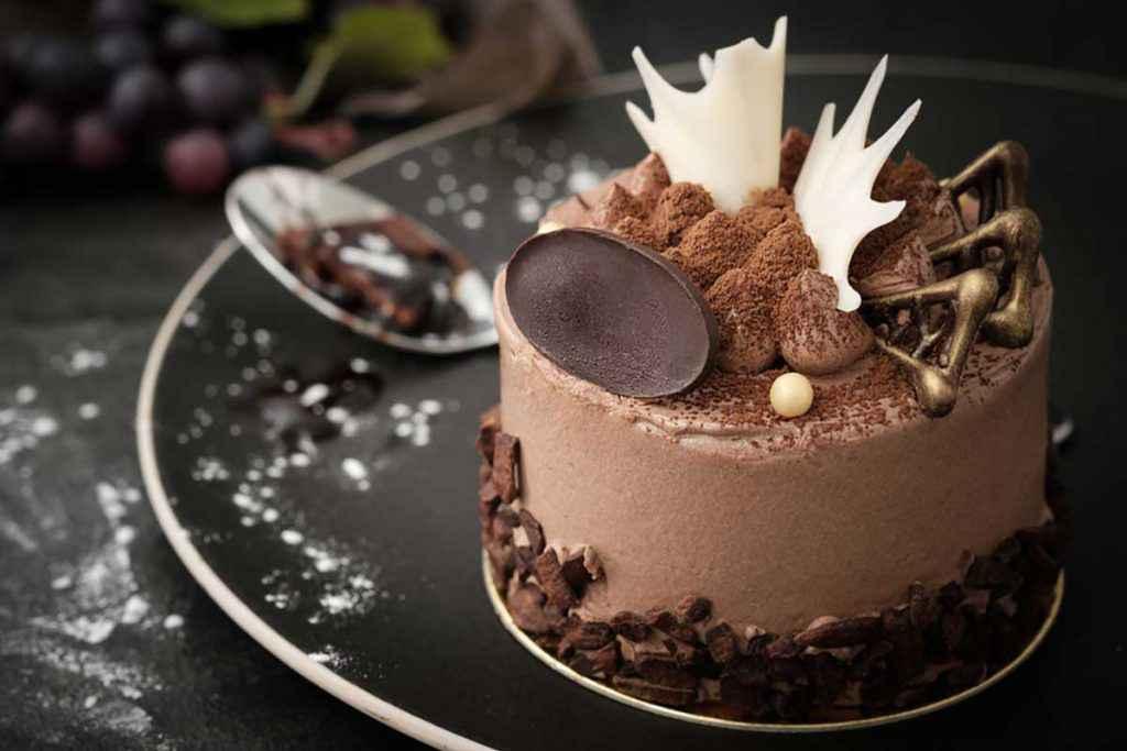 Torta al cioccolato con decorazioni e cialde