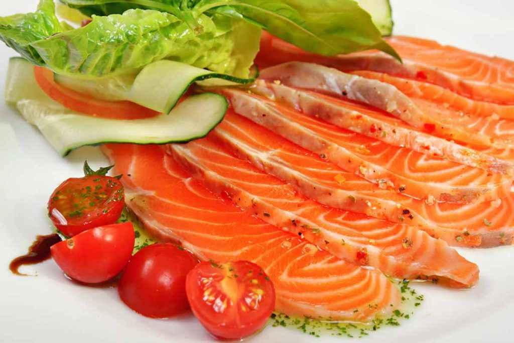 Antipasto con salmone fresco