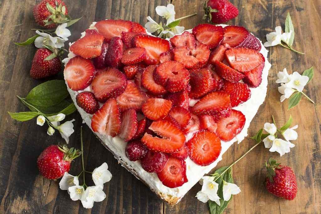 Torta cuore con fragole