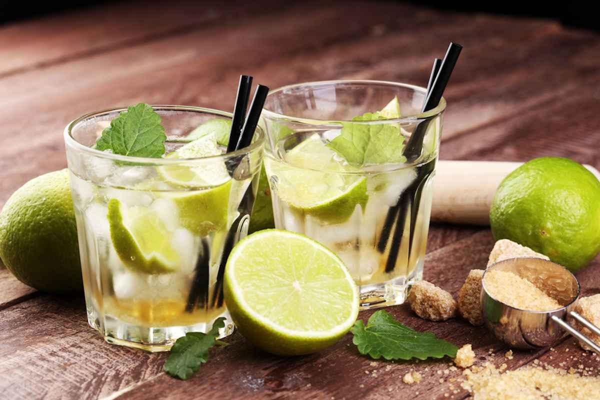 due bicchieri con cannuccia di Caipirinha, cocktail originale del Brasile