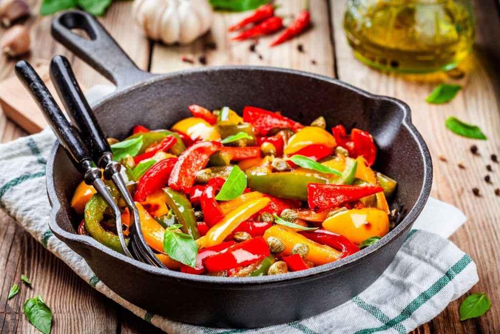 Peperoni in agrodolce, padella con peperoni rossi e gialli