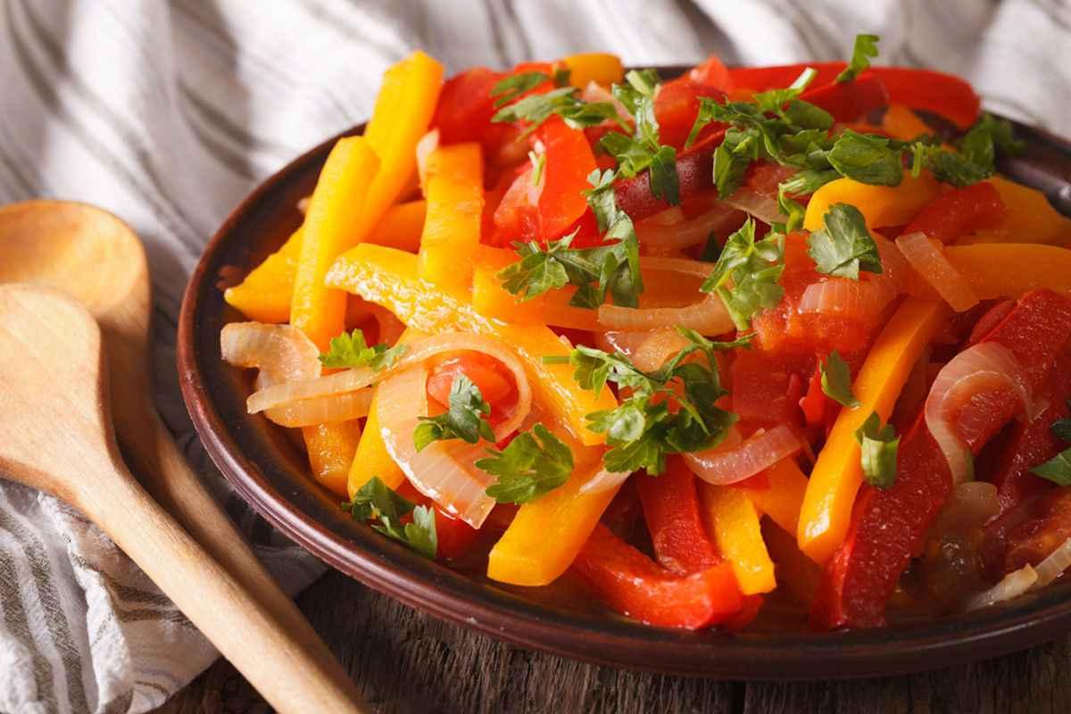 Peperoni in agrodolce: piatto con peperoni gialli e rossi
