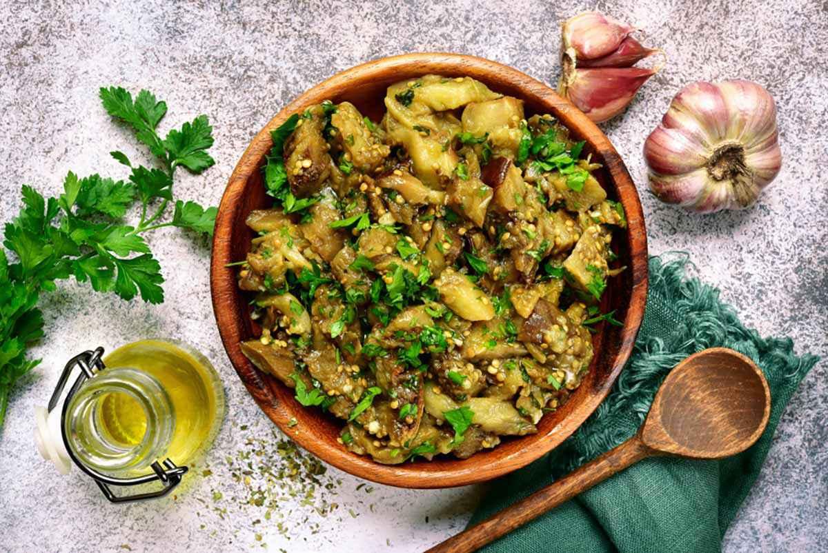 Melanzane cotte in padella con aglio e prezzemolo