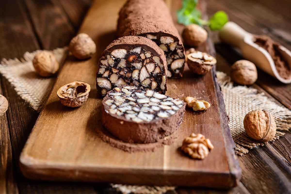 Tagliere di legno con salame di cioccolato a fette
