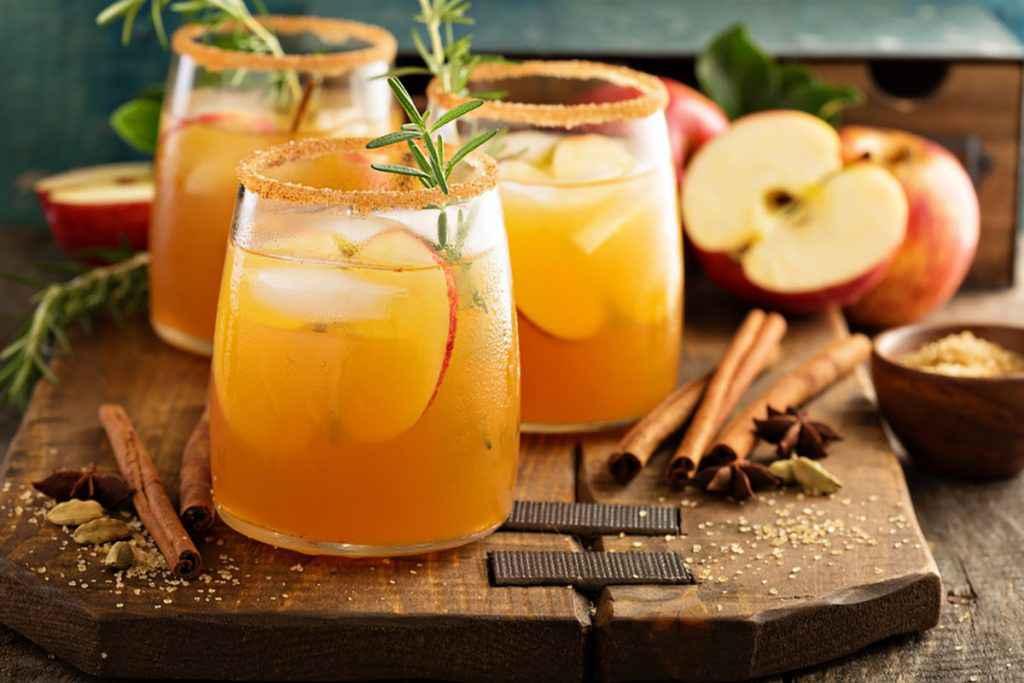 Cocktail di tendenza con mele e cannella