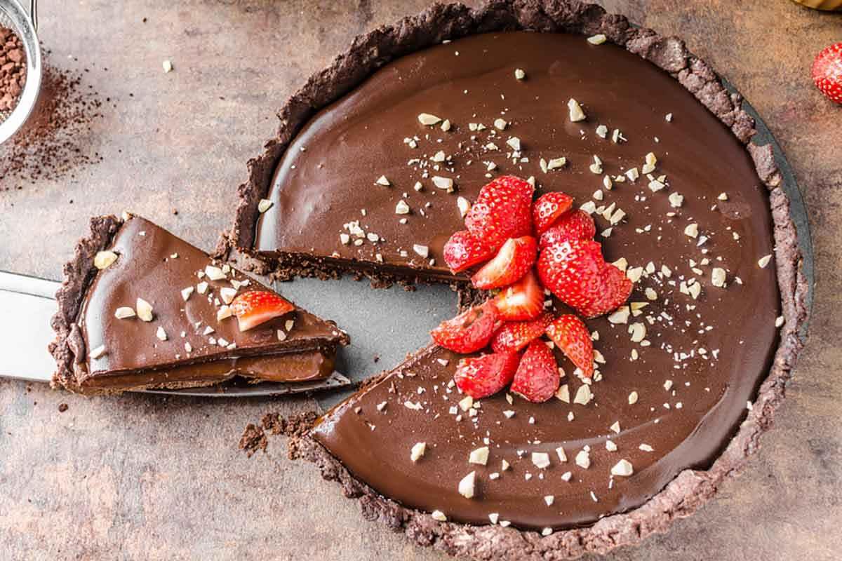 Crostata al cioccolato con fragole fresche