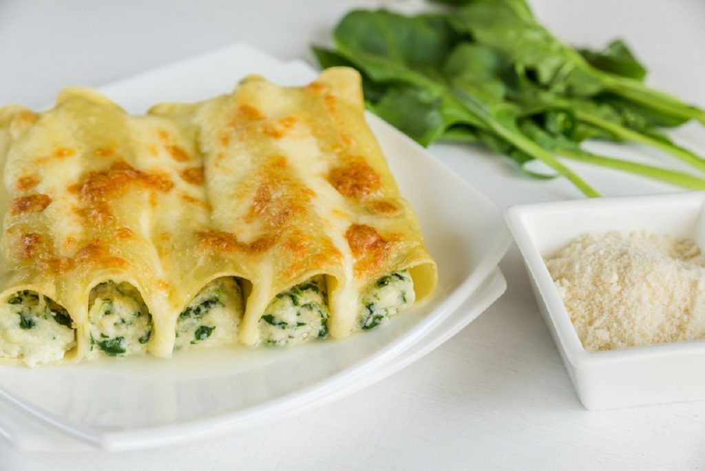 cannelloni con ricotta spinaci e formaggio parmigiano con besciamella senza pomodoro