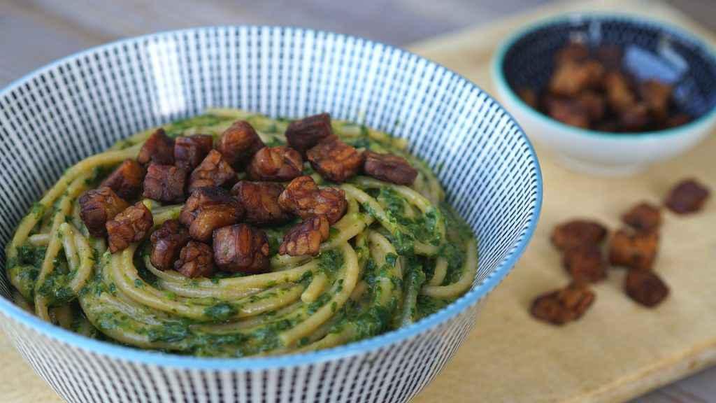 tempeh in salsa di soia con spaghetti al pesto
