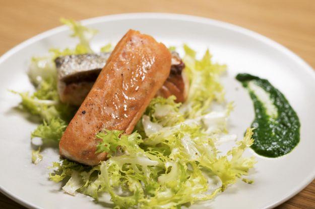 Filetto di salmone norvegese scottato, crema di spinaci e insalata riccia
