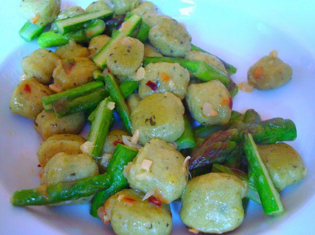 Gnocchi verdi con noci e gorgonzola