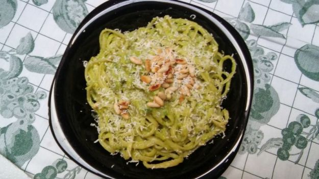Pasta col pesto di avocado