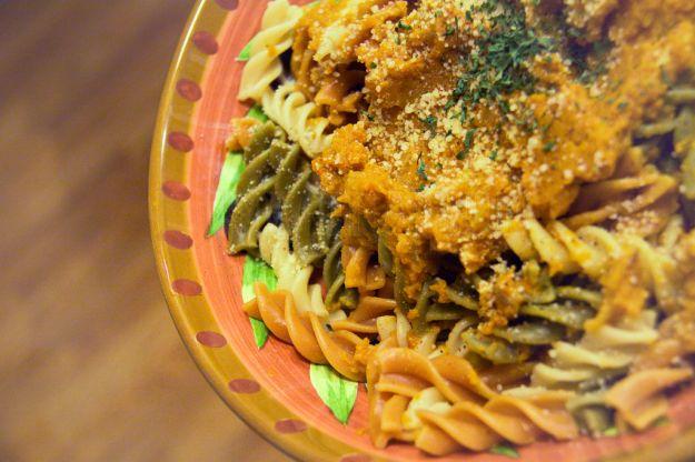 Pasta con zucca, taleggio, pinoli e olive