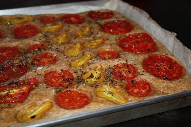 Pizza con ruote di pomodoro