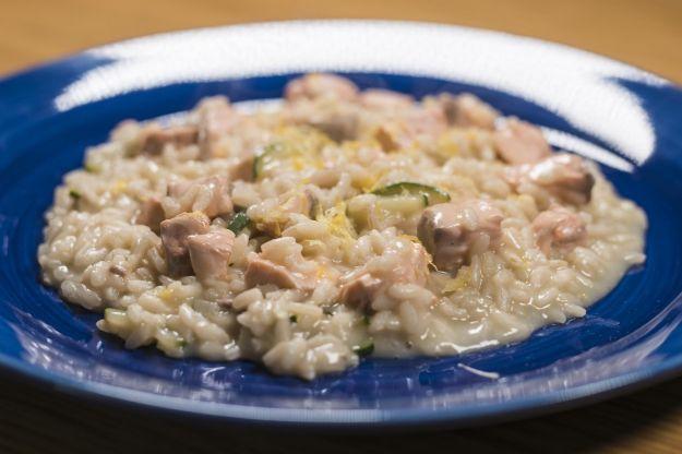 Risotto con salmone norvegese, zucchine trifolate e scorza di limone