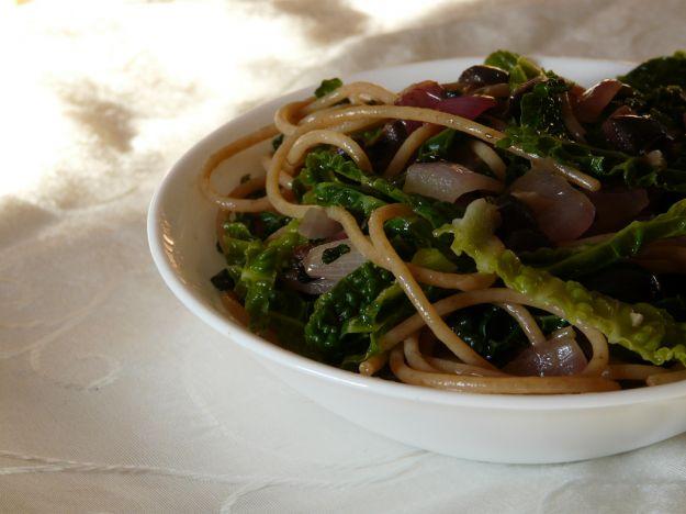 Spaghetti con verza e pomodoro