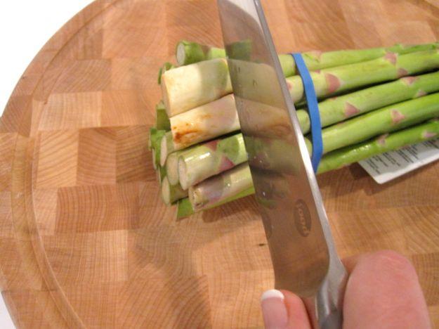 Tagliare il gambo degli asparagi