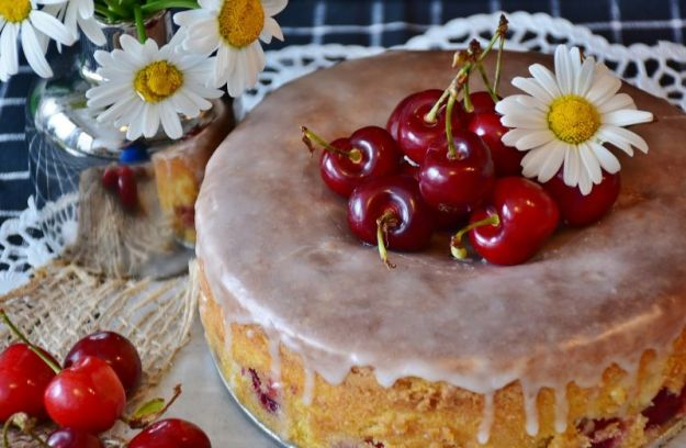Torta con ciliegie e ricotta