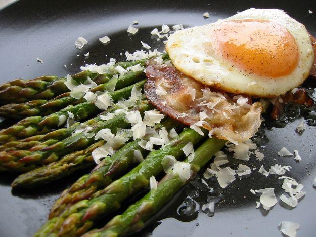 Asparagi con uova e pancetta