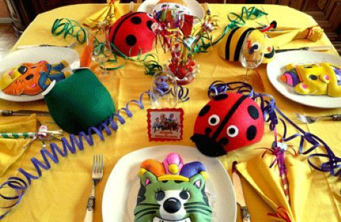 Decorare la tavola per la festa di Carnevale con i bambini