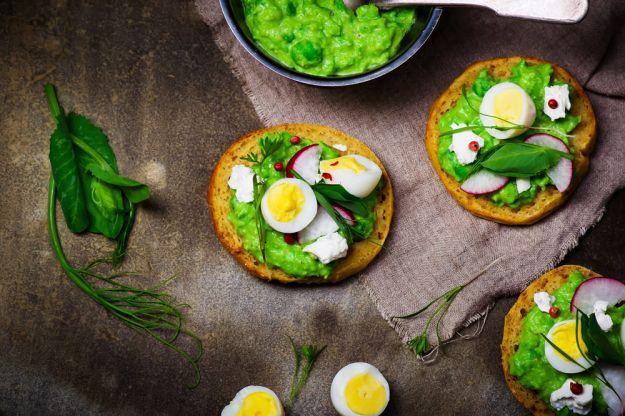 bruschette asparagi e uova di quaglia