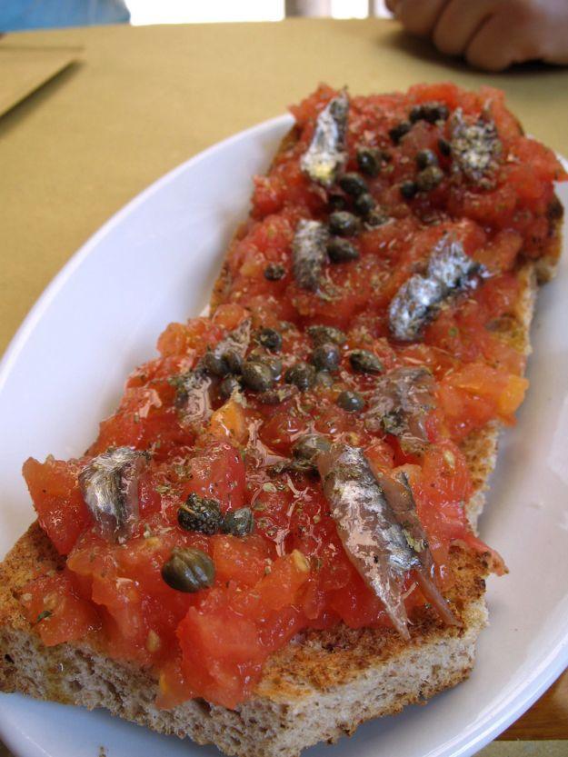 bruschette con sugo piccante di alici fresche