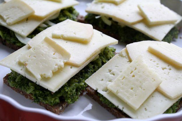 bruschette di pane di segale broccoli e formaggio