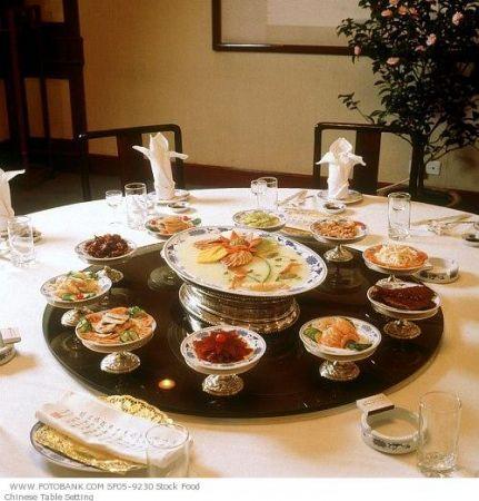 tavola apparecchiata per un pranzo cinese