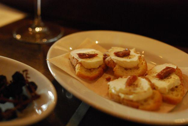 crostini con acciughe e formaggio