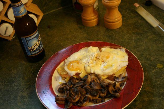 crostoni di polemta con funghi e uova