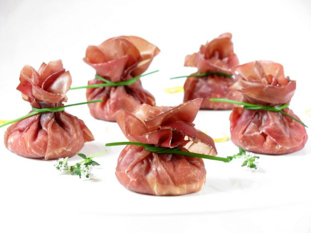 fagottini di bresaola con fragole e rucola