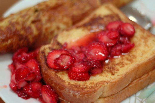 Fragole caramellate su toast