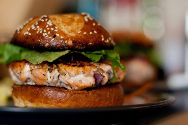 hamburger di salmone ai capperi