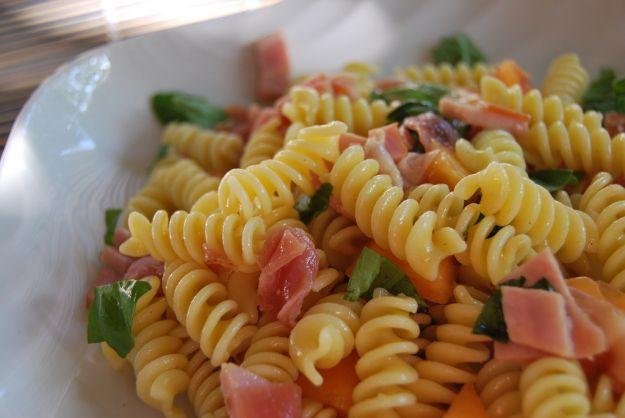 insalata di pasta con salmone e curry