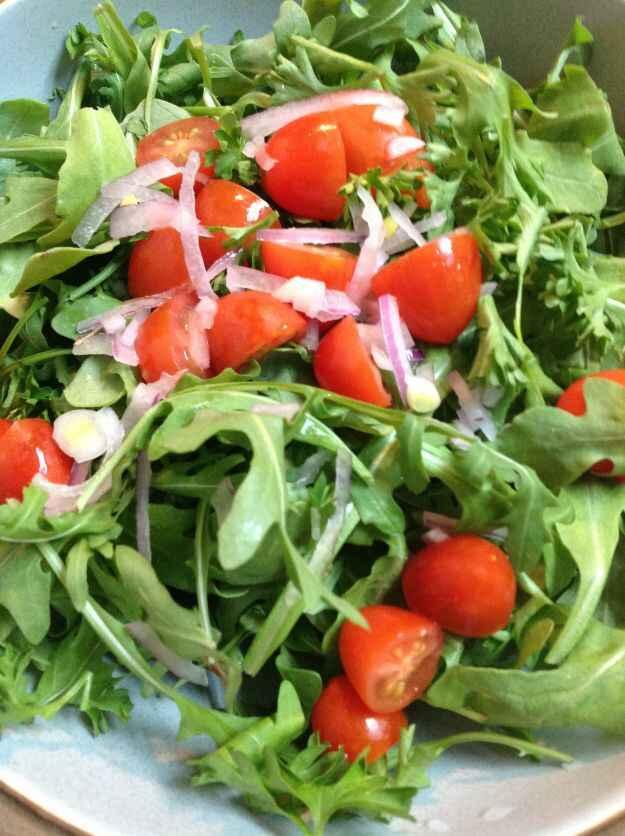 insalata di pomodori ciliegia piccanti