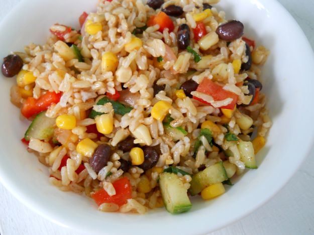 Insalata di riso integrale con verdure